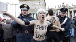 SAN PIETRO: PROTESTA IN TOPLESS